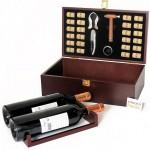 Estuche de madera  para dos botellas con set de vinos y corchos.