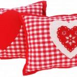 Cojines de algodón en cuadritos vichy con corazones.